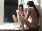 En superbe brunette masturbating i badeværelset