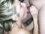 En smuk kone sluger pikken og sæd fra en ven
